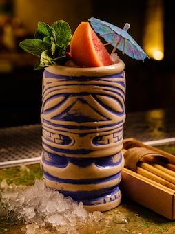 Tropikalny koktajl w stylu baru tiki