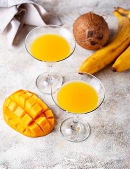 Tropikalny koktajl z mango na lekkim tle