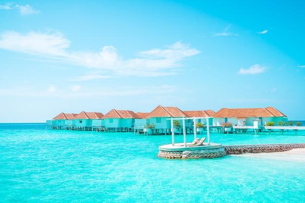 Tropikalny kurort na malediwach i wyspa z plażą i morzem