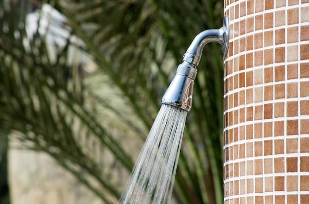 Tropikalny orzeźwiający prysznic pod palmami