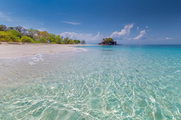 Tropikalny plażowy raj i niebieskie niebo przy khai wyspą w satun prowinci, tajlandia