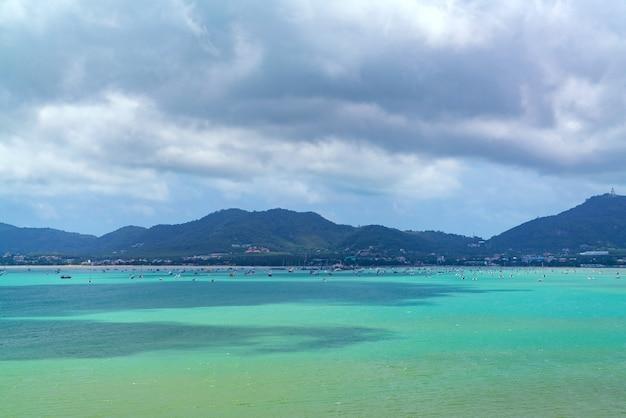 Tropikalny raj na morzu z łodzi na morzu, koncepcja turystyki podróżniczej.