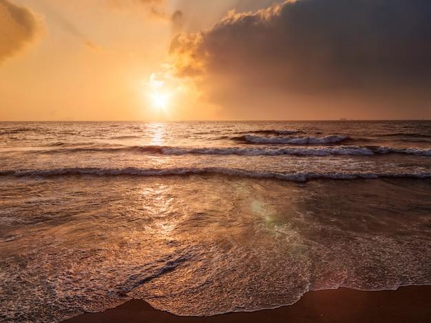 Tropikalny urlopowy tło - oceanu morza wschód słońca
