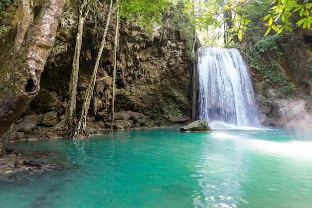 Tropikalny wodospad i jezioro