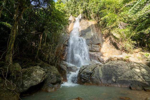 Tropikalny wodospad w dżungli