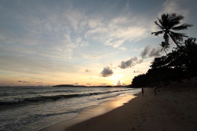 Tropikalny zachód słońca na plaży. krabi. tajlandia
