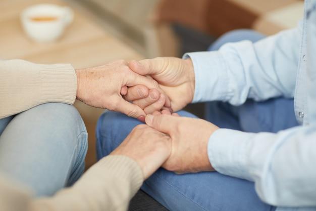Troskliwa para trzymając się za ręce