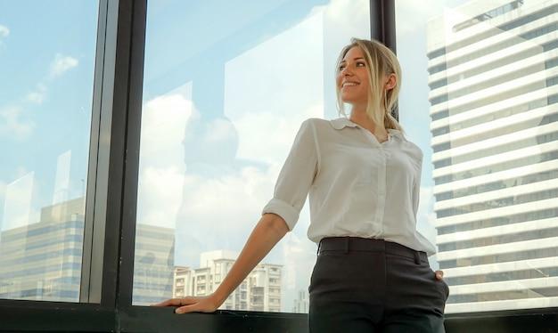 Troskliwy bizneswoman przy biurem