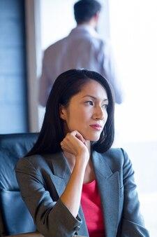 Troskliwy bizneswomanu obsiadanie w biurze