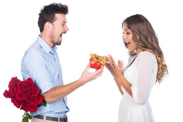 Troskliwy facet zrobił niespodziankę dla swojej dziewczyny.