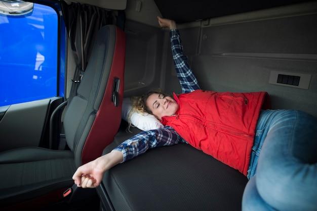 Trucker budzi się w swojej kabinie po długiej jeździe