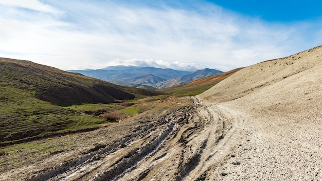 Trudna droga gruntowa w górzystym terenie