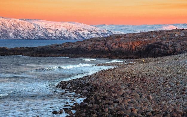 Trudno dostępny cypel wystający w morze i zakrzywiona linia brzegowa. śledzenie na półwyspie kolskim. morze barentsa. rosja.