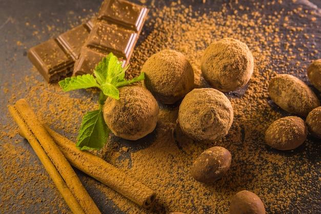 Trufla czekoladowa. czekoladowe słodycze na stole z miętą i wanilią na stole