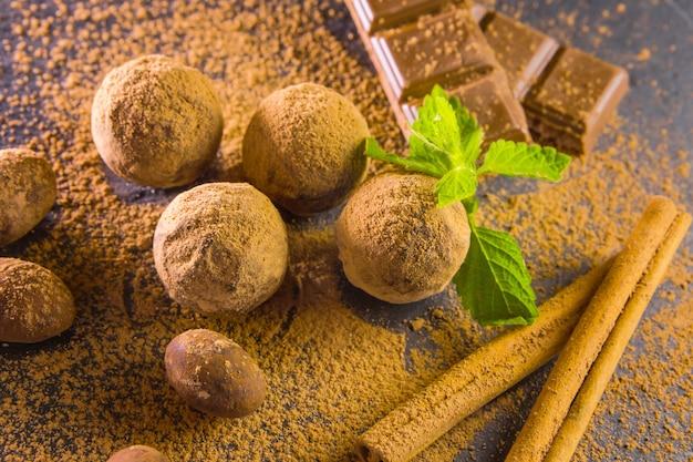 Trufla czekoladowa. słodycze czekoladowe z trufli z proszkiem kakaowym. wanilia.
