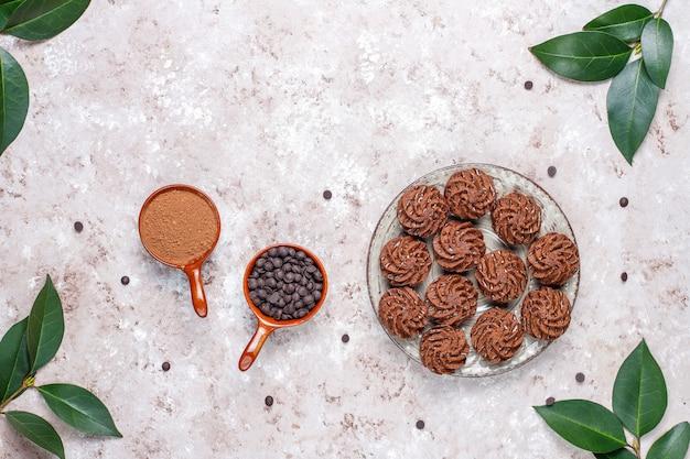 Trufle mini ciasta z kroplami czekolady i kakao w proszku, widok z góry
