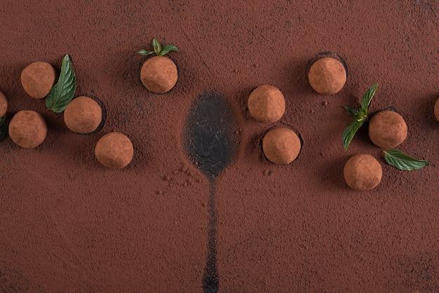 Trufle płaskie ułożone w proszku z kakao