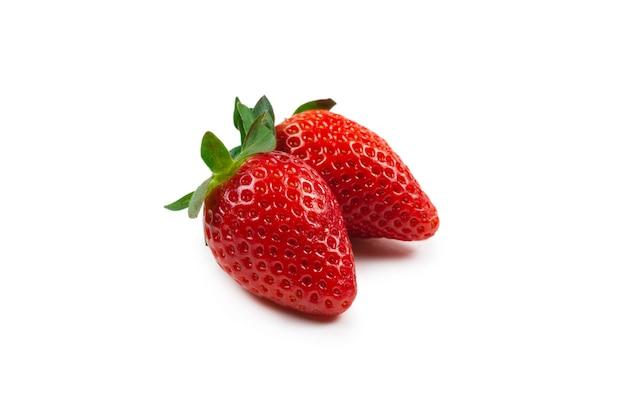 Truskawka. świeże jagody makro. na białym tle.