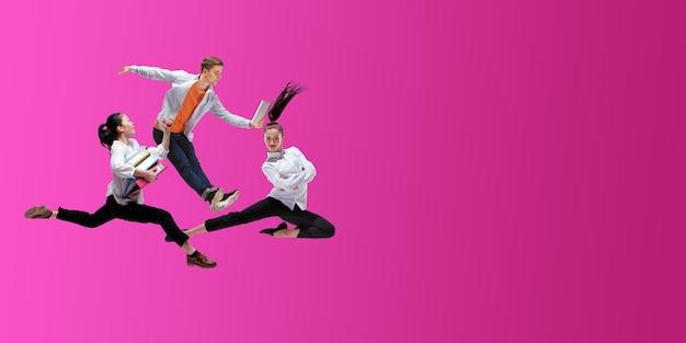 Truskawka szczęśliwi pracownicy biurowi skaczą i tańczą w zwykłych ubraniach lub garniturze na białym tle na t neon