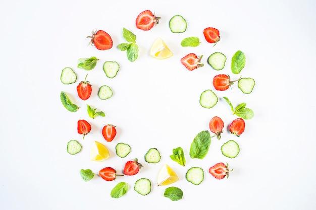 Truskawki, cytryna, ogórek i mięta są wyłożone w kształcie wieńca