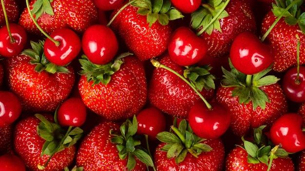 Truskawki i czereśnie z bliska czerwone jagody tło.