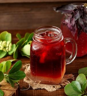 Truskawkowa lodowa herbata na stole