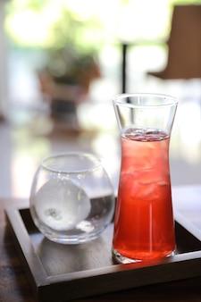 Truskawkowa mrożona herbata na drewnianym stole