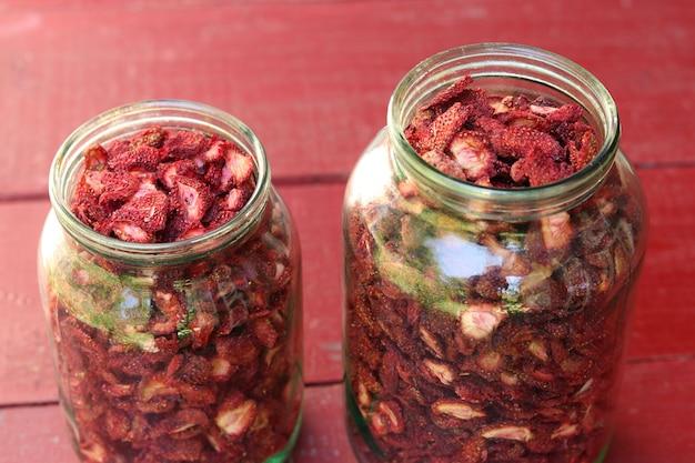 Truskawkowe chipsy są w szklanym słoiku, gotowe produkty, zdrowa żywność