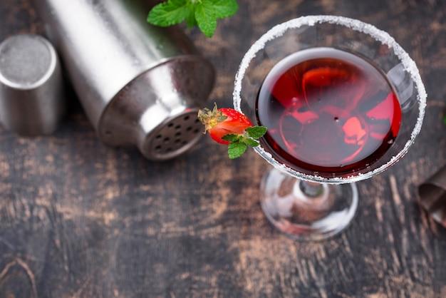 Truskawkowe martini. słodki czerwony letni koktajl alkoholowy