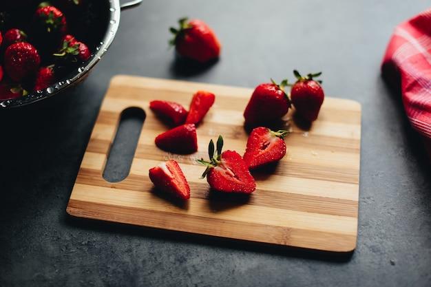 Truskawkowe składniki do gotowania na stole. wysokiej jakości zdjęcie