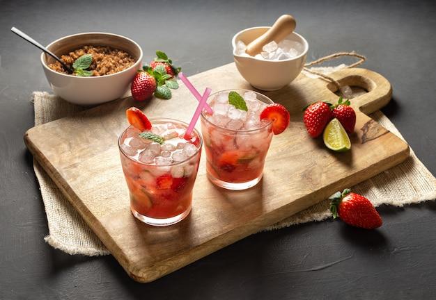 Truskawkowy caipirinha, limonka, świeża mięta, brązowy cukier i kruszony lód