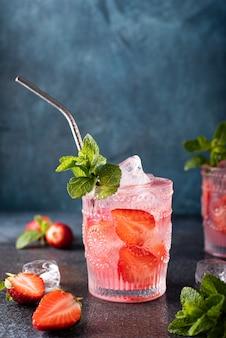 Truskawkowy koktajl alkoholowy ze świeżą miętą, zbliżenie