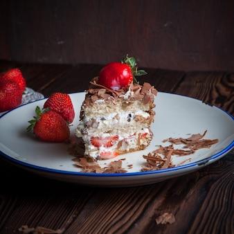 Truskawkowy owocowy tort w talerzu na drewnianym stole