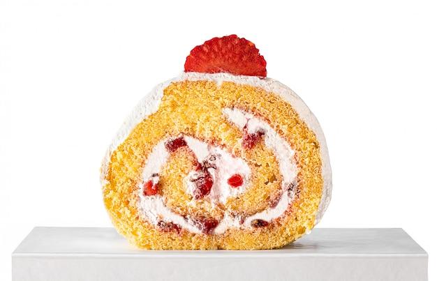 Truskawkowy rolka tort na białym tle