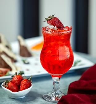 Truskawkowy schłodzony napój z plasterkiem truskawki