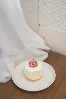 Truskawkowy sernik na stole