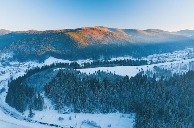 Truteń fotografia zimy rzeka i las w górach podczas zmierzchu
