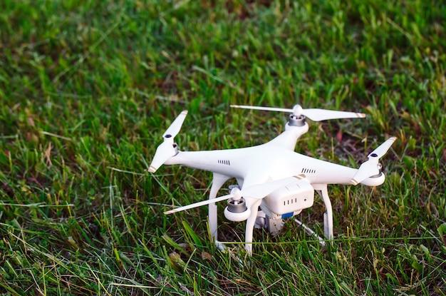 Truteń z kamerą w trawie przygotowuje się do lotu