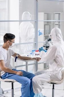 Trwa badania medyczne pacjenta z wirusem