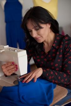Trwają prace nad ubraniami ręcznie robionymi