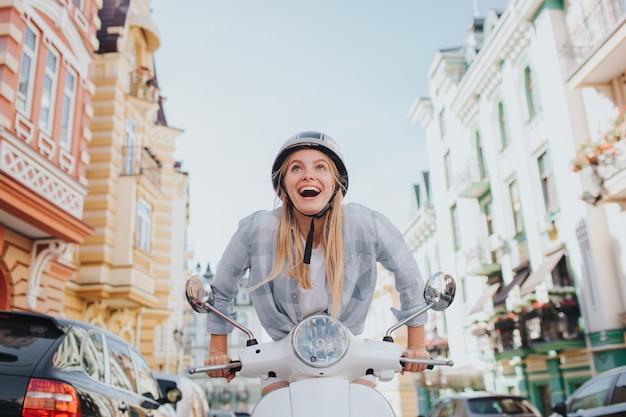 Trwała kobieta próbuje motocykla rozpocząć pracę