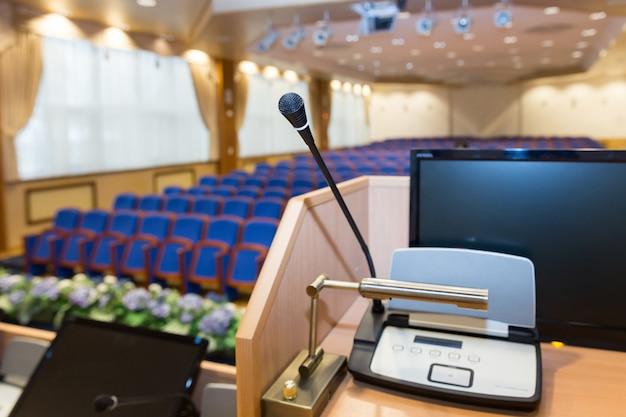 Trybuny w sali konferencyjnej