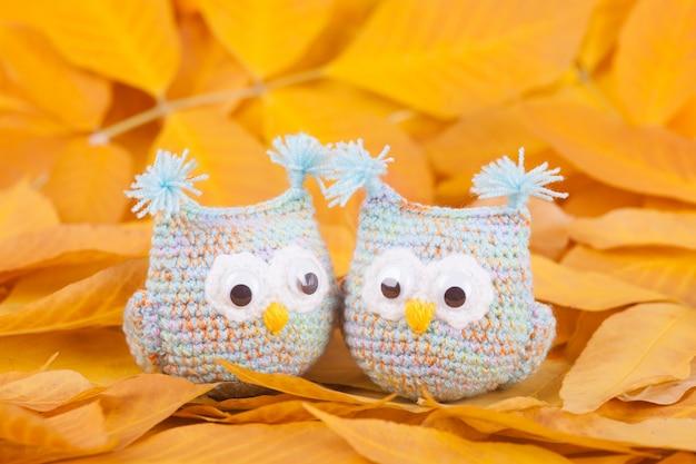 Trykotowe zabawki małe sowy handmade zabawkarski jesień skład