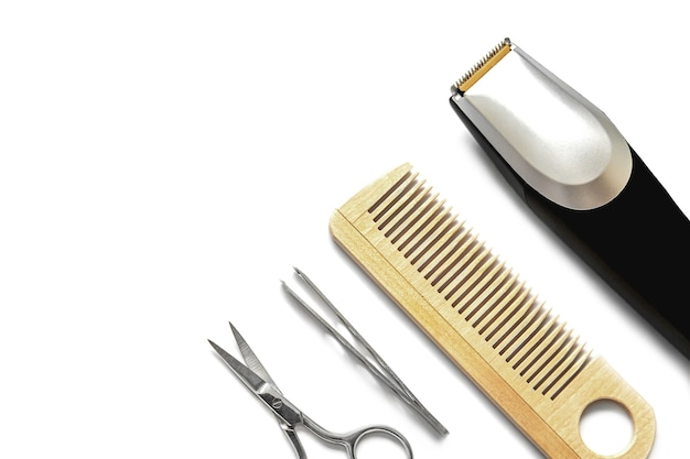 Trymer do brody i narzędzia fryzjerskie na białym tle