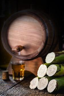 Trzcina cukrowa stosowana w napojach destylowanych, dnie beczki i szkło z napojem alkoholowym