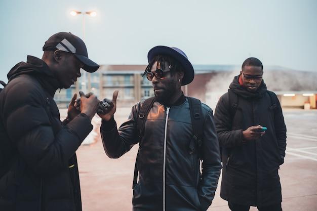 Trzech afrykańskich mężczyzn pozdrowienia na ulicy