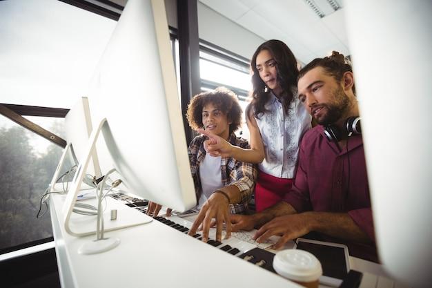 Trzech inżynierów dźwięku pracujących razem