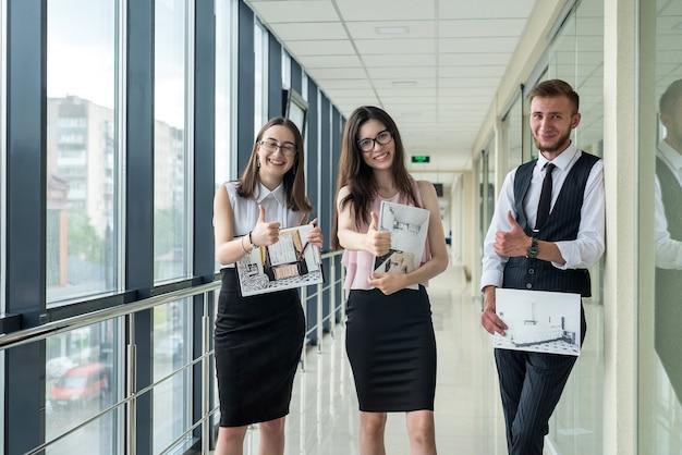 Trzech młodych ludzi omawia układ domu. spotkanie ludzi biznesu