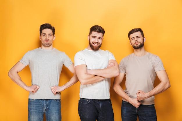 Trzech młodych mężczyzn pewnie pozowanie