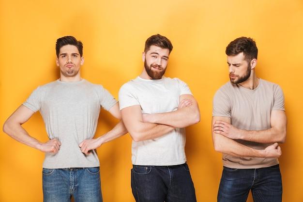 Trzech młodych mężczyzn sukcesu pozowanie